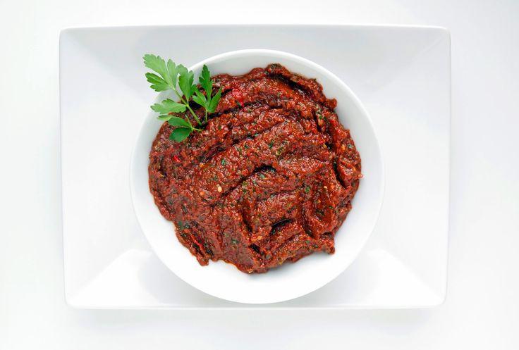 Acılı ezme ist eine scharfe türkische Gewürzpaste und der ideale Appetitanreger für ein türkisches Essen. Hier ein Originalrezept aus Antep.