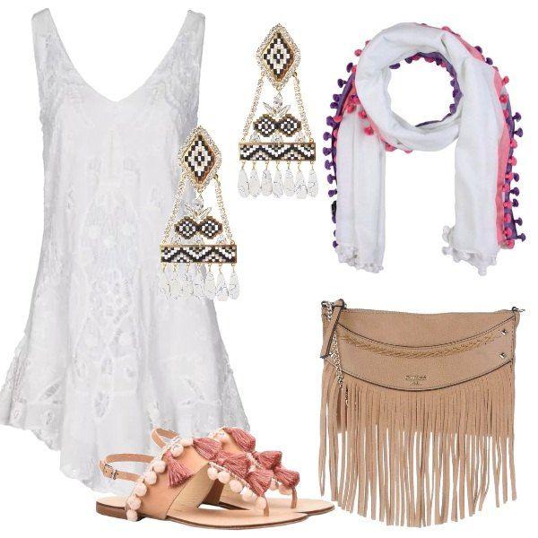 Vestito corto, in pizzo bianco, 100% cotone, sciarpa in tela bianca con pon pon colorati. Infradito con nappine rosa antico, borsa a tracolla cammello, con frange, in similpelle e orecchini pendenti in ottone, perline e strass.