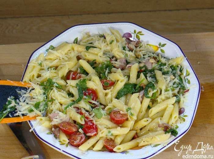 Готовую пасту переложить в тарелку, посыпать измельченными руками листьями кинзы и натертым сыром.