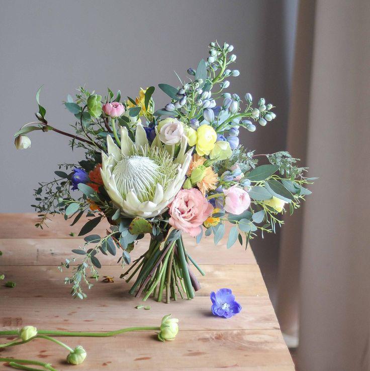 Ramo con protea blanca #proteaking #protea #white #bouquet #flowerdesign #flowers #flores #lisianthus #ranunculos #ranunculus #delfinio #delphinium #helleborus #blue #winter #invierno #julioazahar