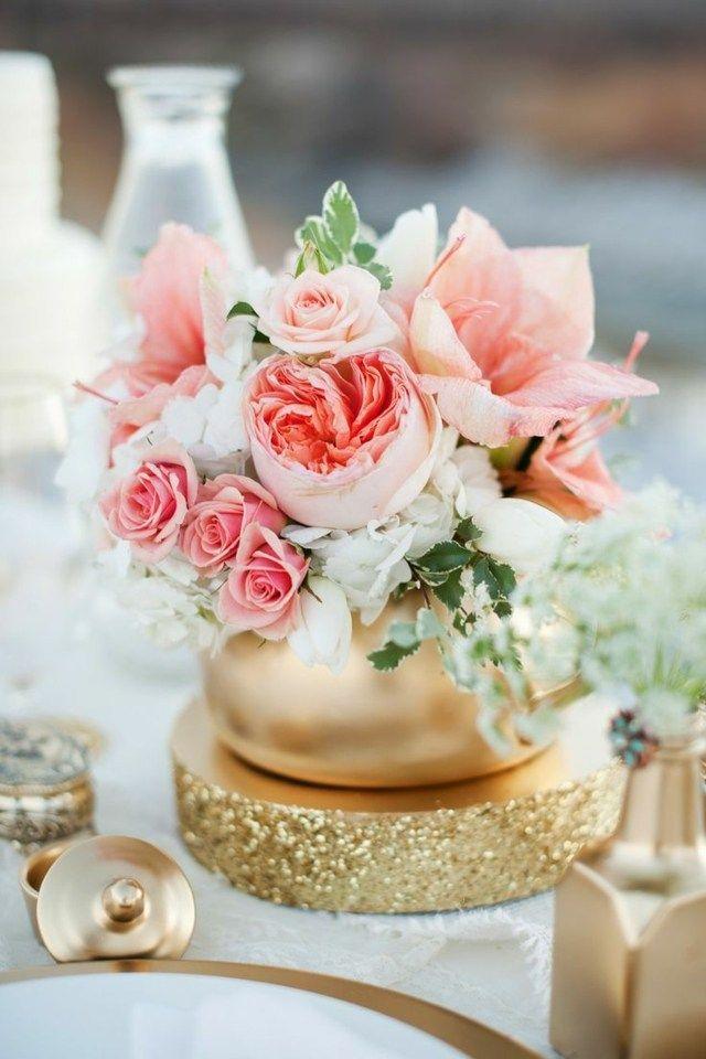 Deko Fur Die Hochzeit Im Sommer Blumen In Rosa In Einer Goldenen Vase Tischdekoration Hochzeit Blumen Tischdekoration Hochzeit Tischdeko Goldene Hochzeit