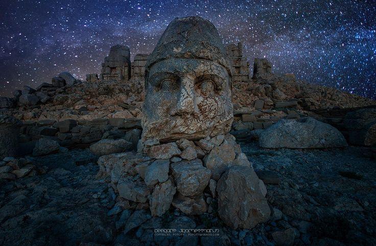 Yüksekliği on metreyi bulan büyüleyici heykelleri, metrelerce uzunluktaki kitabeleriyle, UNESCO Dünya Kültür Mirasında yer almaktadır.