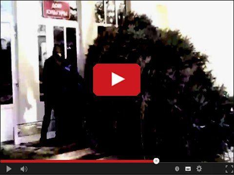 Rosja, i choinka jak przystało na wielki kraj http://www.smiesznefilmy.net/wielka-choinka-i-male-drzwi  #choinka #russia #christmass