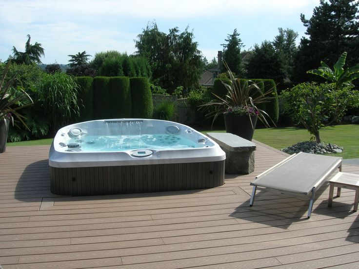 un spa jacuzzi semi encastr dans une terrasse en bois. Black Bedroom Furniture Sets. Home Design Ideas