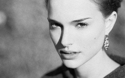 Женщины чувствуют, если мужчина, глядя в ее глаза, видит другую.