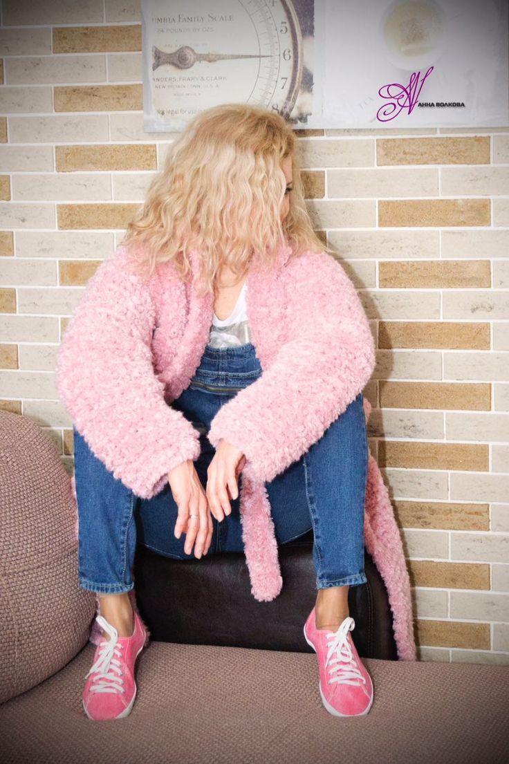Пальто Пудра связано спицами из толстой пряжи под мех.