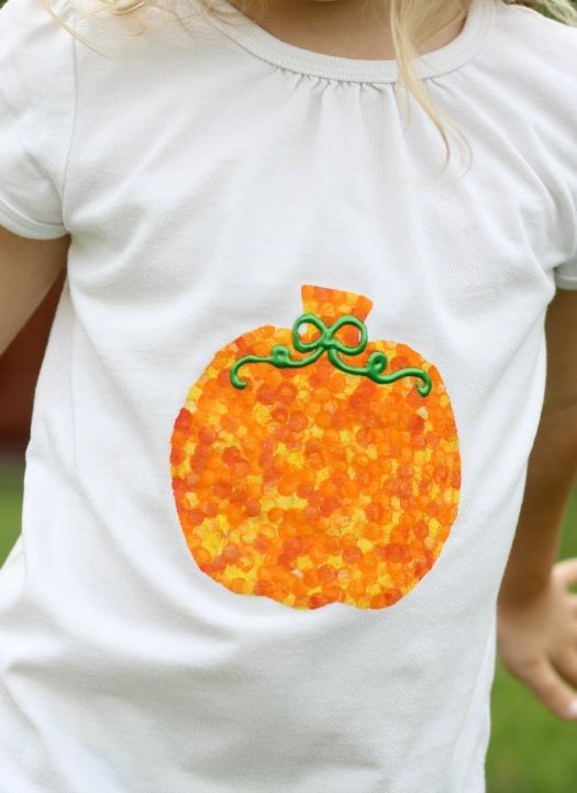Add a bit of Halloween pizzazz to a plain white shirt using craft paint and a pencil eraser with this 5-step Halloween craft.