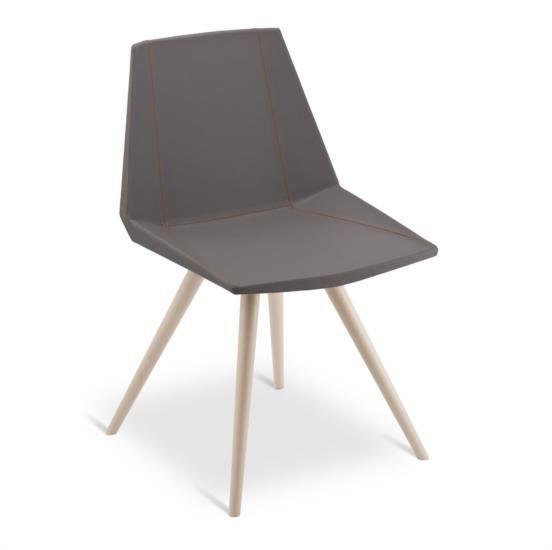 Sedia in legno con sedile e schienale in ecopelle e cuciture arancioni