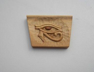 Horovo oko - Vedžat  je staroegyptský posvátný symbol spojovaný s bohem Horem... Je vyrobeno z ořechového dřeva. Velikost cca 12 x 9 x 1,5 cm cm. Je na zavěšení. Povrch. úprava voskem.