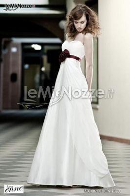 http://www.lemienozze.it/gallerie/foto-abiti-da-sposa/img11383.html  Abito in stile impero con rosa rossa in vita