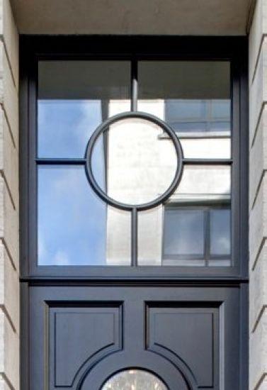 Klassieke enkele voordeur met prachtig ruim bovenlicht in ditto stijl.