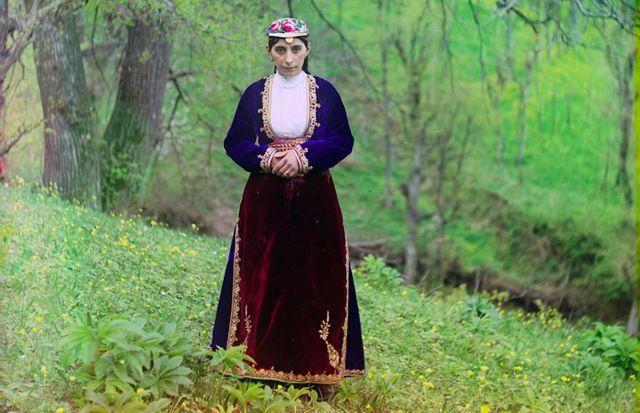 帝政ロシア末期のロシア各地を撮影したカラー写真 > セルゲイ・プロクジン=ゴルスキー > アルトヴィン(現在はグルジアとの国境沿いに位置するトルコ領都市)の丘に立つ、民族衣装を着たアルメニア人女性。