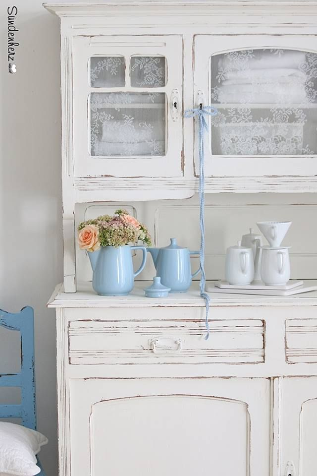 what I want: rustic white wood and a touch of blue... and flowers, of course :)