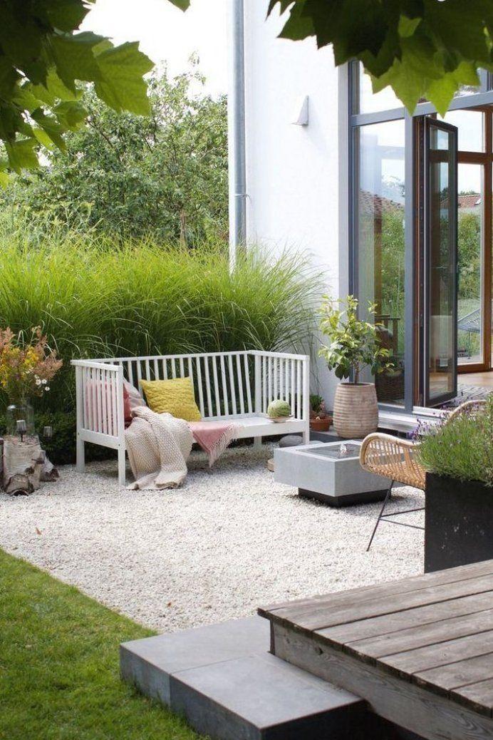 Dieartigeblog Gartenbank Mit Kissen In Rosa Und Zitronengelb Kies Terrasse Gr Ser Brunnen Wiesenbl In 2020 Kies Terrasse Krautergarten Design Gartendesign Ideen
