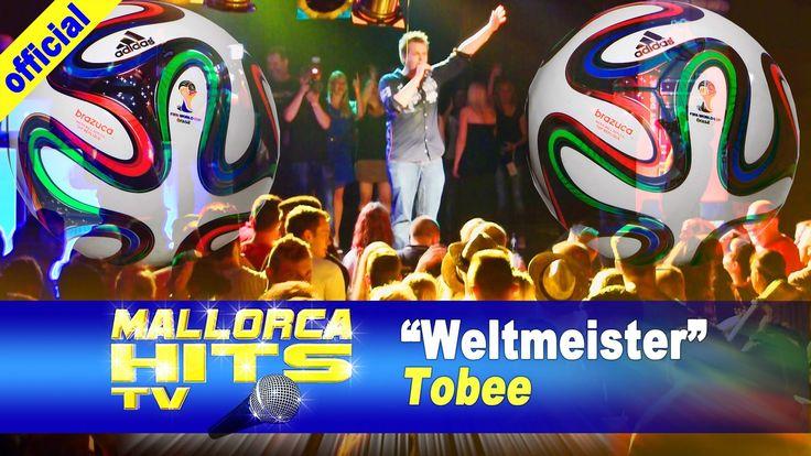 """Tobee´s Beitrag zur FIFA Fußball WM 2014 in Brasilien """"Weltmeister werden wir in diesem Jahr"""" - live auf der Mallorca Opening Party 2014 in Durmersheim. Tobee ist für 2014 gleich mit 2 neuen Songs am Start: """"Blau wie das Meer, voll wie der Strand"""", der unserer Meinung nach zu 99% auch auf die Ballermann Hits 2014 kommt und für die Fussball WM 2014 noch einen WM Song """"Weltmeister werden wir in diesem Jahr"""". http://mallorcahitstv.de/2014/05/weltmeister-fussball-wm-song/"""