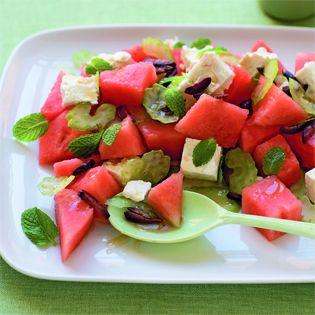 Ein heißer Sommer und der Wassermelonen-Feta-Salat gehören zusammen, auch wenn die Kombination auf Anhieb nicht nach einen solchen Harmonie klingt. Umso größer ist die Überraschung beim Genuss: Die…