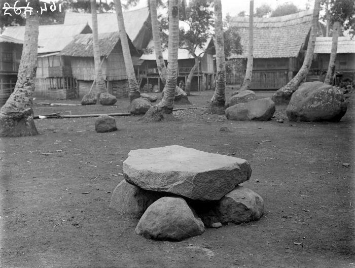 Megalit di sebuah desa di kecamatan Gunung Megang, Muara Enim, Sumatera Selatan (1931)