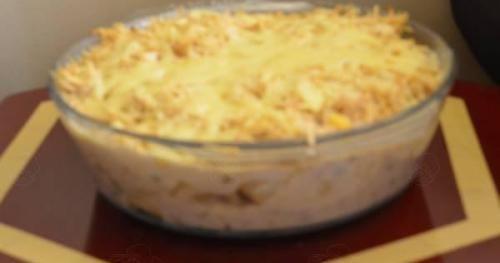 Ingredientes500 g de macarrão cozido na água e sal1 lata de creme de leite com soro2 colheres de sopa de farinha de trigo1/2 xícara de leite1 cebola média picada1 tomate médio picado1/2 pimentão picado300 g de presunto de peru cortado em cubinhos2 colheres de sopa de manteiga ou margarinaSal a gostoModo de PreparoEm uma panela…