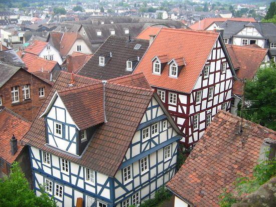 Istoria arhitecturala a caselor din Germania  Arhitectura este un domeniu fascinant, diferit de la stat la stat, care isi pune amprenta pe teritorii din intreaga lume, ajutandu-ne sa recunoastem stilul, originea si perioada constructiei cu usurinta. Printre cele mai interesante arhitecturi ale continentului european se afla si arhitectura Germaniei. Istoria arhitecturala a Germaniei este bogata si diversificata in stiluri si concepte, motiv pentru care merita sa facem o incursiune in…