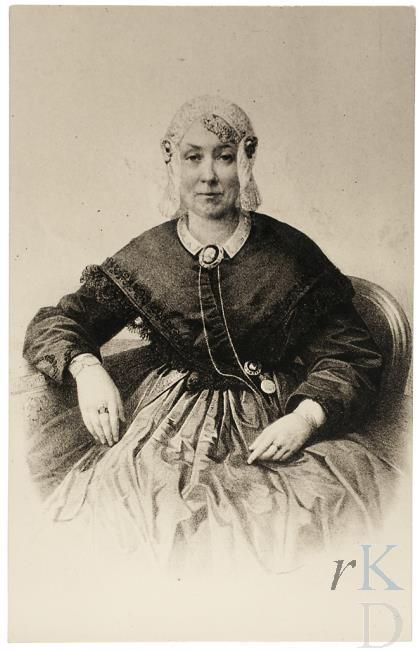 Portret van Anna Catharina Louisa Hillegonda van Cammingha (1814-1900) in Friese klederdracht; muts, donkere omslagdoek, lichte wijde rok, sieraden, kant. 1850-1874 #Friesland