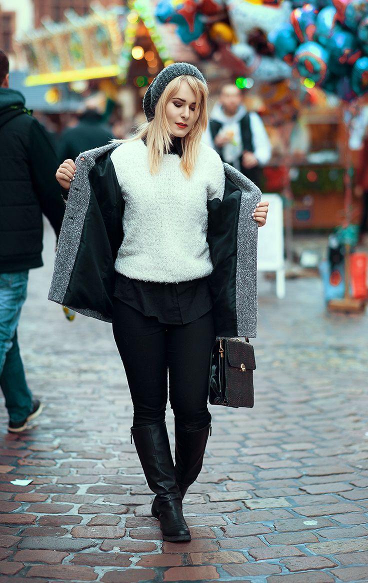 Herbst Outfit mit grauem Mantel, Pullover in weiß und schwarzen Overknees