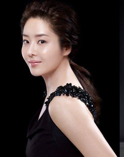 Go Hyun-Jung, Aged 42, Skin still flawless and young. Key to her skin perfection? Cleansing and Moisturizing.   Korean Skincare Products @ www.sokoglam.com #skincare #flawless #koreancosmetics #gohyunjung