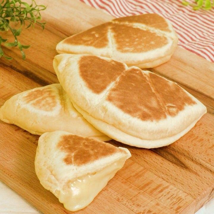 オムレツチーズパン 甘じょっぱい味付けが癖になる! お子様とも一緒に作れるお手軽パンはいかがでしょうか? 材料 (2個分) ・卵  1個…」
