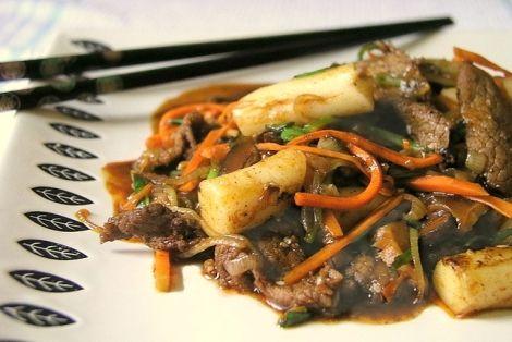 Koreański przepis na Smażone Warzywa z Kluskami Tteok