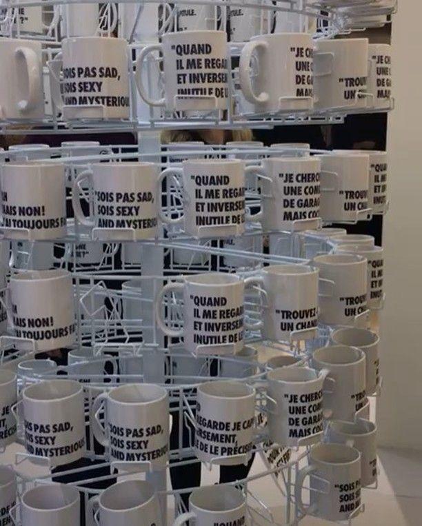 """Vários eventos acontecem durante a semana de moda de Paris como essa exposição no @lebonmarcherivegauche que celebra a parceria com o jornalista e documentarista de moda @loicprigent famoso por suas tiradas engraçadas no Twitter. A expô intitulada """"Entendu au Bon Marché par Loïc Prigent"""" reúne frases célebres do jornalista e disponibiliza mugs snow balls nécessaires pratos e outros mimos para venda. A loja de departamentos inteira está enfeitada com suas frases. Funny! Mais no #Stories (por…"""