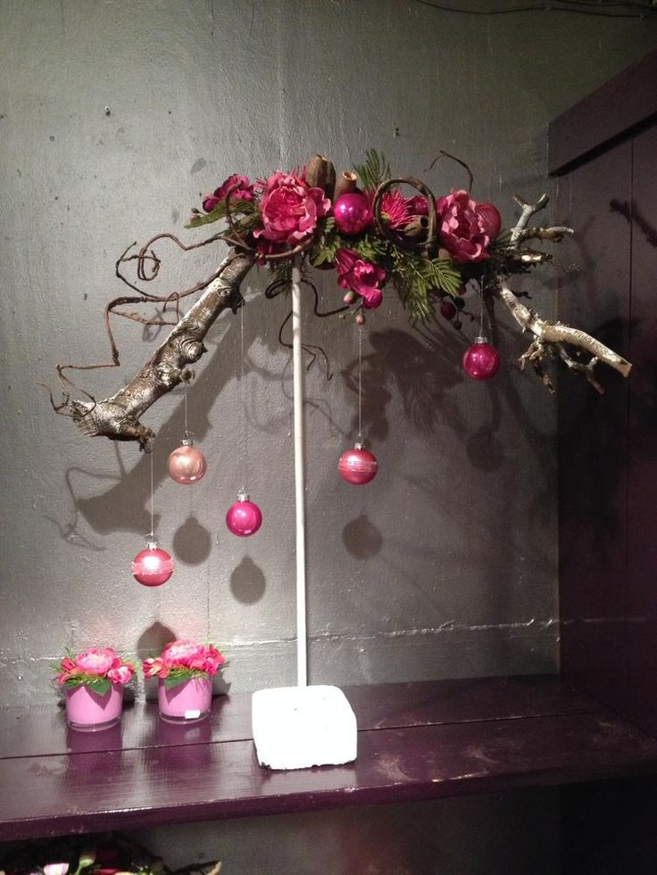 Foto: Kerst - op een standaard bevestigde kunst- of echte kronkeltak, opgemaakt met wat groen en kunstbloemen en mooie kerstballen subtiel eraan hangend... ! Naar voorbeeld van Jan Cees Lont, sfeerboerderij. Geplaatst door Vreedespaleis op Welke.nl