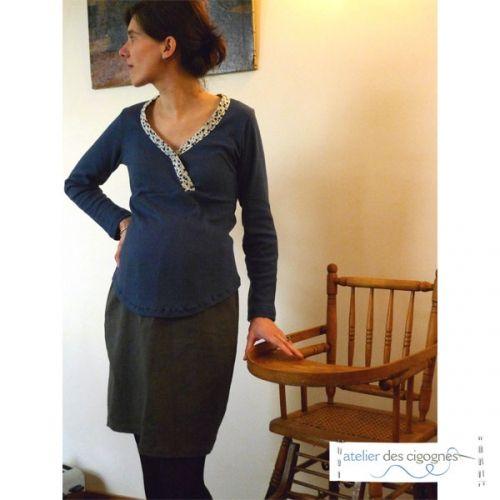 Patron couture Top de grossesse façon cache-cœur. Le biais autour de l'encolure peut être confectionné dans le même tissu que le T-shirt ou dans un tissu différent (du Liberty par exemple) pour plu…