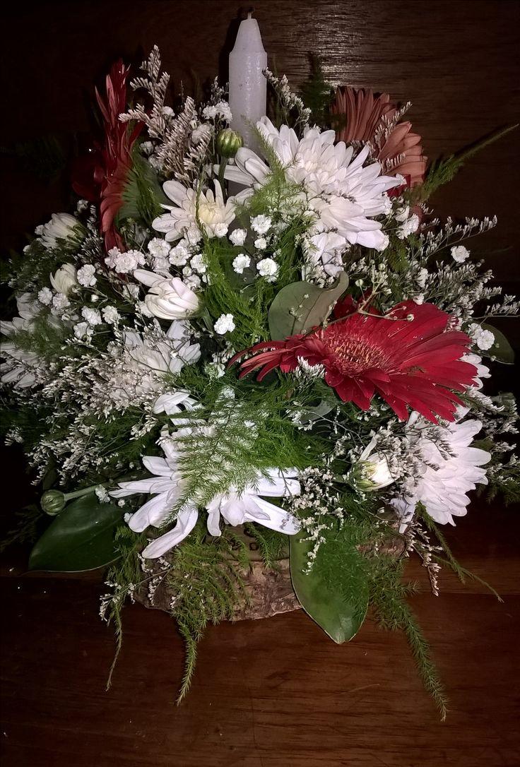 Centro de mesa navideño con flores naturales