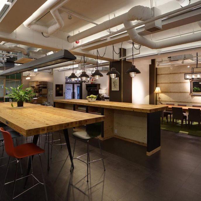 通常はシェアオフィスとして機能しています。 間仕切りのない166㎡のフリーアドレス型オフィスには、ラウンジスペース、会議スペース、学習ブース、読書のための陽当たりの良いデッキスペースが併設されています。  トークショーなどのイベント利用や、各種撮影・会議・ミーティングに大変オススメです。  【収容人数】 ~80人