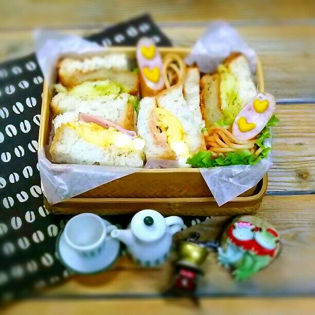 旦那さんの朝ごパン弁当♪  コロッケ&キャベツの粒マスタード炒め  卵焼き&ハムのオーロラソース   のサンドイッチ  ウインナー  ケチャップパスタ  おはようございます♪ 湯タンポ2つも入れて寝たので朝までヌクヌク♡ 危うく寝過ごすところでした(#^.^#) 今朝も寒いですが行ってきます\(^o^)/ - 41件のもぐもぐ - 旦那さんの朝ごパン弁当♪ by kyuja