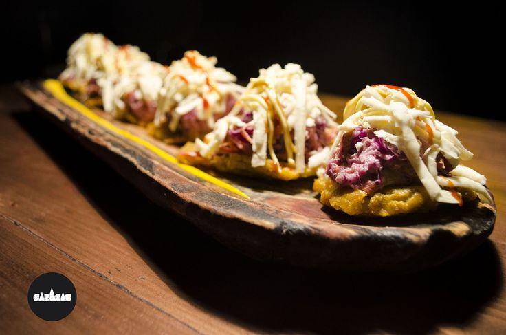 #PicadaCB Tostones: discos de plátano verde frito crocante + ensalada rallada de repollo y zanahoria + queso blanco fresco + salsas