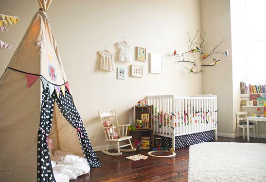chambre bebe fille blanche avec parquet en bois marron fonce