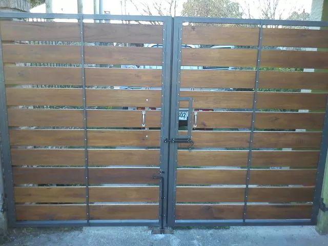 porton  y cerramientos de frente en hierro y madera