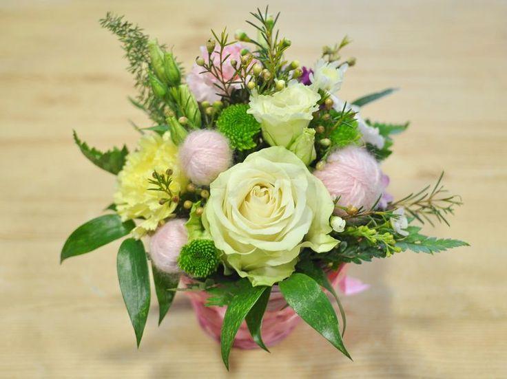 něžný košík – Květinový Ateliér 26 - růže, eustoma, růžová, bílá, krémová