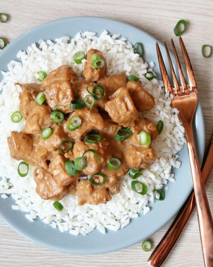 Bloemkoolrijst met Kipsate - Ik ben gek op kipsaté! Maar zelfgemaakte saté is natuurlijk het allerlekkerst! Ik eet kipsaté graag met bloemkoolrijst, een lekkere en makkelijke vervanger voor gewone rijst. Laag in koolhydraten e…