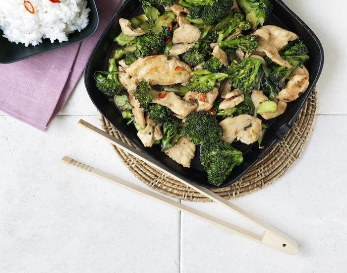 Kylling krydret med ingefær og broccoli. Få opskriften på en lækker hverdagskylling, som smager godt med ingefær. Risen smager skønt med kyllingen, og man fornemmer kokossmagen. Til hele familien!