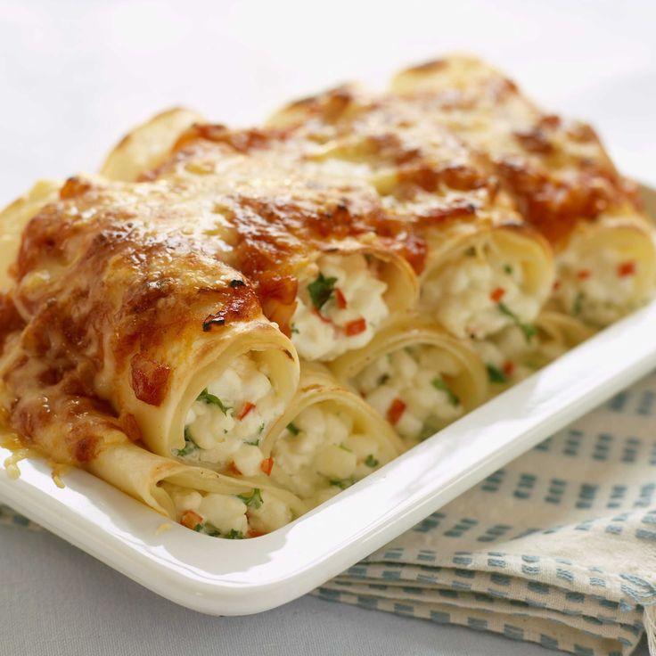 Rykende varme pastaruller fylt med cottage cheese, chili, tomatsaus og vellagret Jarlsberg, smaker veldig godt til middag og fredagskos.