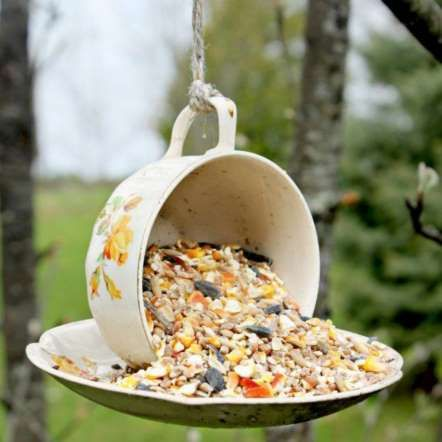 CHIC MANGEOIRE Si des tasses vintage prennent poussière au fond de vos armoires, sortez-les vite de là et créez de sympathiques (et chic! mangeoires pour les oiseaux. Que de la corde et de la colle résistante sont requises pour ce projet.
