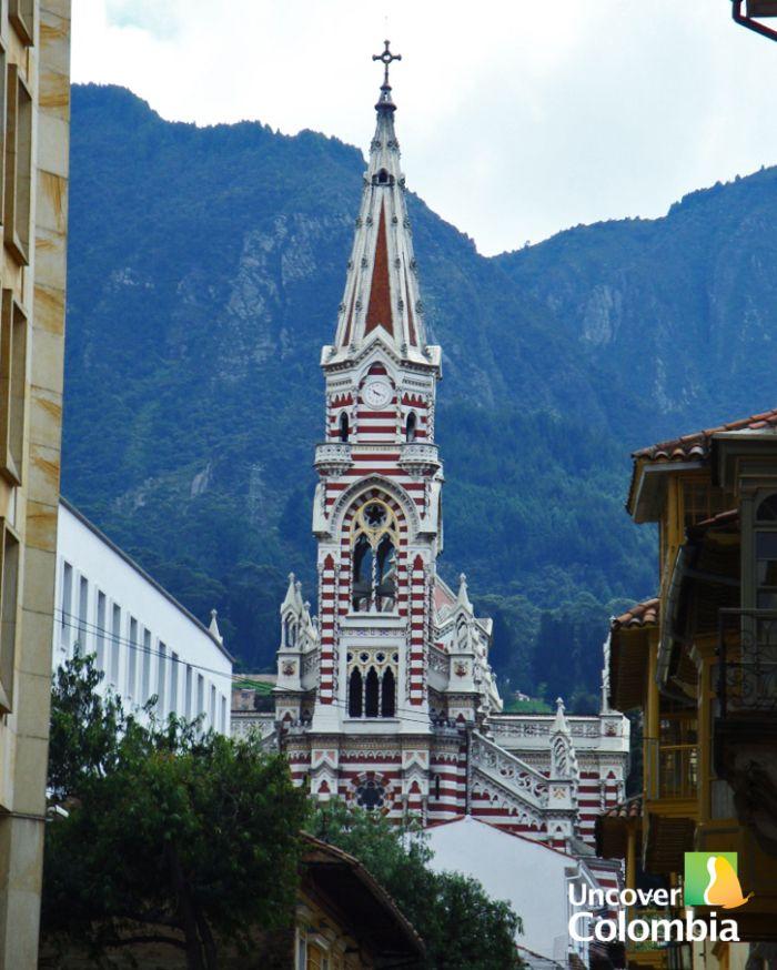 La Candelaria es el centro histórico de Bogota y tiene muchas iglesias. Muchas de las iglesias fueron construidas en el período colonial y en el estilo español. La iglesia superior es Cerro de Monserrate y la última iglesia es la Iglesia la Tercera.