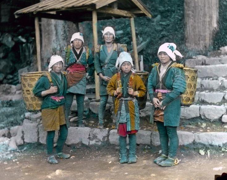 Деревенские женщины в традиционной одежде. 1910