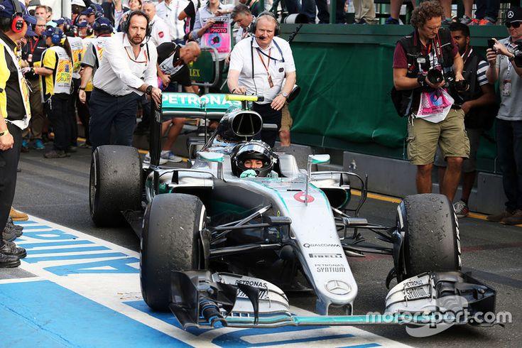 Le vainqueur Nico Rosberg, Mercedes AMG F1 dans le Parc Fermé