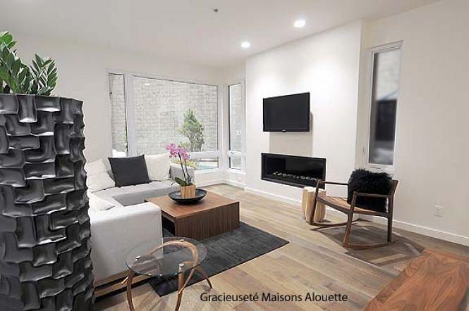 Maison contemporaine  : salle de séjour moderne en blanc