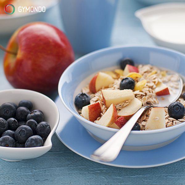 2. Frühstück ja, aber gesund – Ein ausgewogenes Frühstück ist wichtig, um energiegeladen in den Tag zu starten. Aber Achtung, wenn Du nun beherzt in Dein Nutella Brötchen beißt. Greif also lieber zu einem ballaststoffreichen Müsli mit viel frischem Obst. Denn das enthält nicht nur weniger Kalorien, sondern liefert Dir auch viele Vitamine und Mineralstoffe. || Mehr leckere Frühstücksrezepte kostenlos in der GYMONDO App und auf https://www.gymondo.de/
