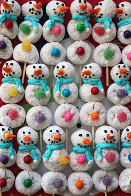 Powdered Donut Snowmen - how cute for a Christmas Morning breakfast bar. OR for an Elf on the Shelf North Pole Breakfast?!?!?! FUUUUN!!!!