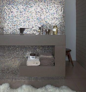 Glanzend glasmozaïek in badkamer | vtwonen, en daarachter is natuurlijk de douche (of de wc)