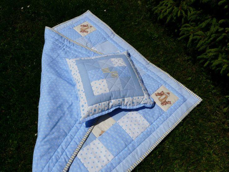 Deka v modrém Modrá dětská deka s medvídky. Je strojově prošitá a uvnitř vatelín. Na zadní straně je světle modrá látka. Olemování je šité ručně. Velikost 110x110cm K dece je ušitý polštář do kompletu. vel.40x40cm. Na zadní straně je schovaný zip. Polštář je včetně výplně. Cena je uvedená za deku a polštář